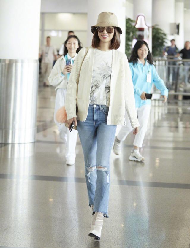 好久不见的心如姐姐,白色针织外套搭配浅色牛仔裤,舒适温柔