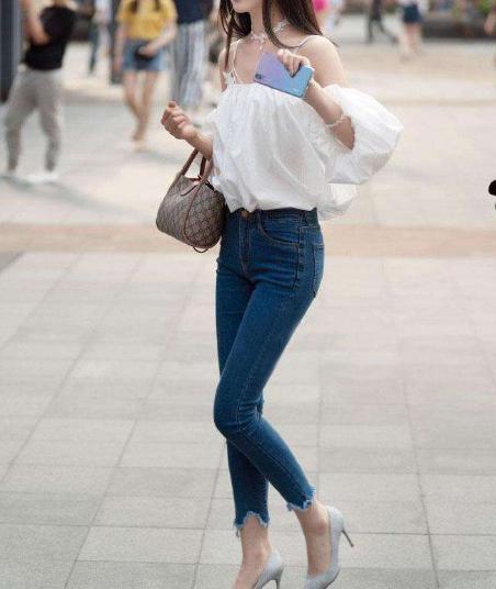 街拍:浅色系上衣+九分牛仔裤,夏日的清爽搭配