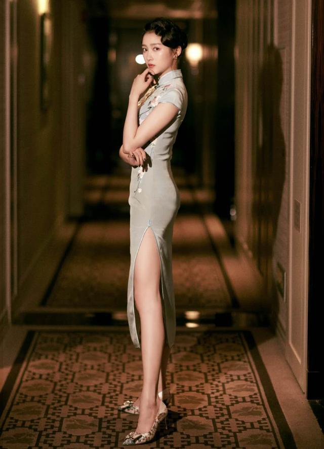 国民闺女关晓彤,白色泡泡袖上衣搭配阔腿牛仔裤,女神范十足