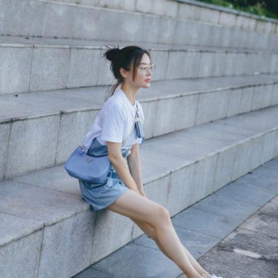 袁姗姗的夏季清新穿搭真简约!白色清新的搭配,总能玩出不同花样